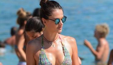 Η σέξι μαμά Alessandra Ambrosio με καυτό μπικίνι στη Μύκονο