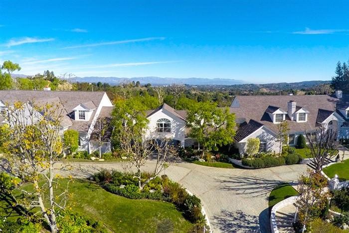 Η Jennifer Lopez άνοιξε την πόρτα του σπιτιού της στην Καλιφόρνια και ιδού τι αντικρίσαμε