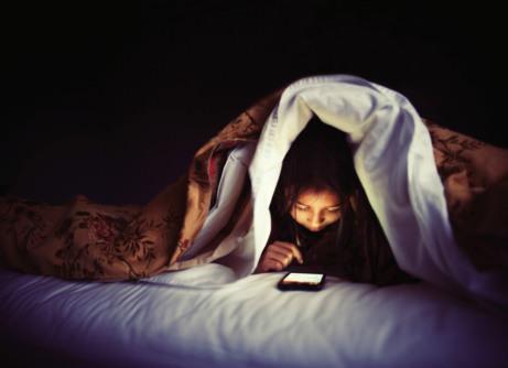 Τρομακτική έρευνα: Γιατί δεν πρέπει να ασχολείστε με το κινητό αμέσως πριν τον ύπνο.
