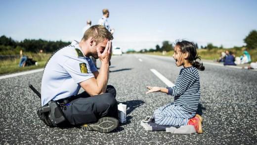 Η συγκλονιστική στιγμή που ένας Δανός αστυνομικός παίζει με ένα κοριτσάκι από τη Συρία