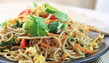 Noodles αυγού με λαχανικά.