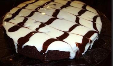 Κέικ με μαύρη και λευκή σοκολάτα.