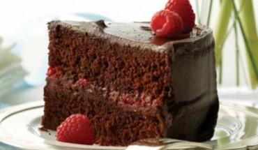 Κέικ σοκολάτας με γέμιση βατόμουρου