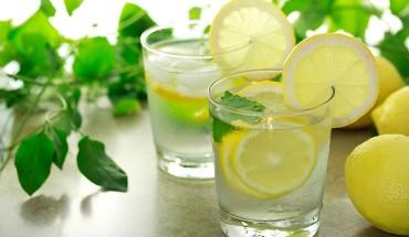 Είπαν ότι η κατανάλωση νερού με λεμόνι το πρωί κάνει καλό στην υγεία.Να όμως τι δεν μας είπαν!