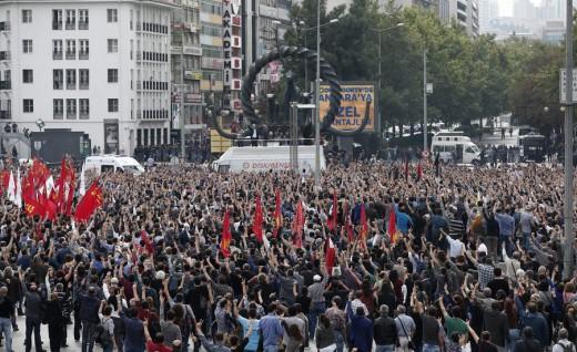 """Στους δρόμους οι Τούρκοι - """"Πενθούμε την ειρήνη"""" γράφουν οι εφημερίδες."""