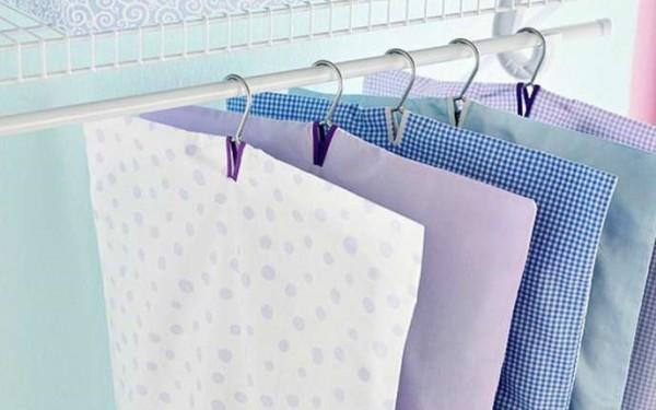 Φτιάξε φανταστικές θήκες αποθήκευσης ρούχων με τις παλιές σου μαξιλαροθήκες.