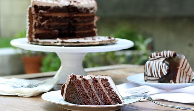 Φτιάξτε σοκολατένια τούρτα τιραμισού.
