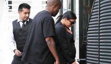 Με πλαστική παντόφλα, αλλά Givenchy, κυκλοφορεί η Kim Kardashian (εικόνες).