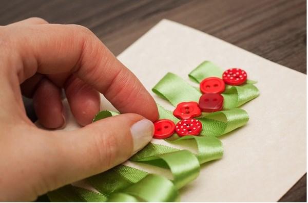 Κολλάει μια κορδέλα σε ένα χαρτί και… super Χριστουγεννιάτικο κόλπο