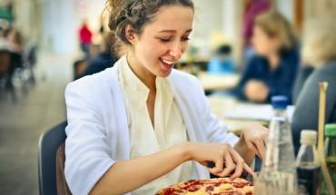 pizza Η πίτσα είναι πιο υγιεινή όταν την ταμπονάρεις με χαρτοπετσέτα