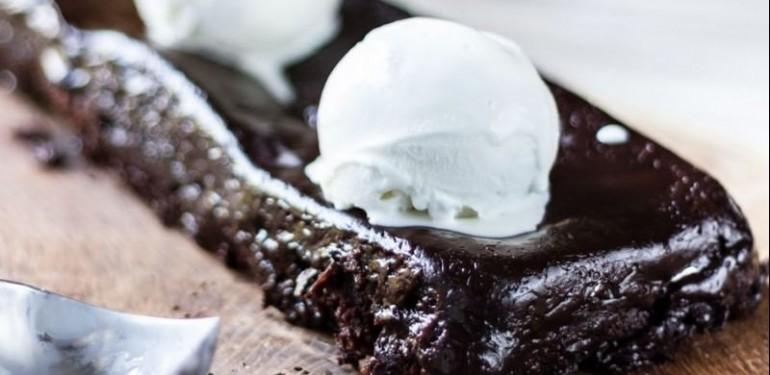 Γρήγορη σοκολατόπιτα από τον Άκη Πετρετζίκη