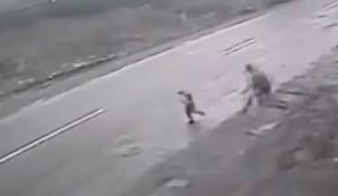 Άνδρας διέσωσε με αυτοθυσία μικρό αγόρι από διερχόμενο αυτοκίνητο