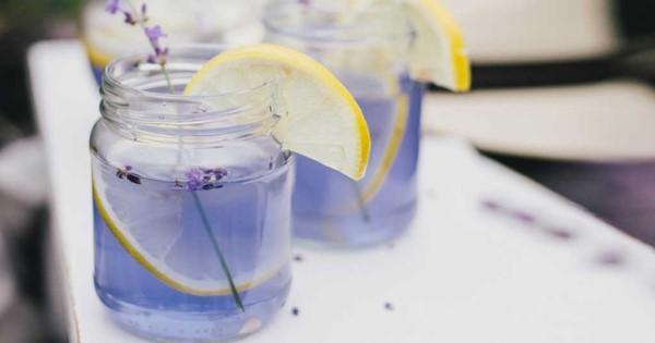 Φυσική και αποτοξινωτική λεμονάδα με λεβάντα