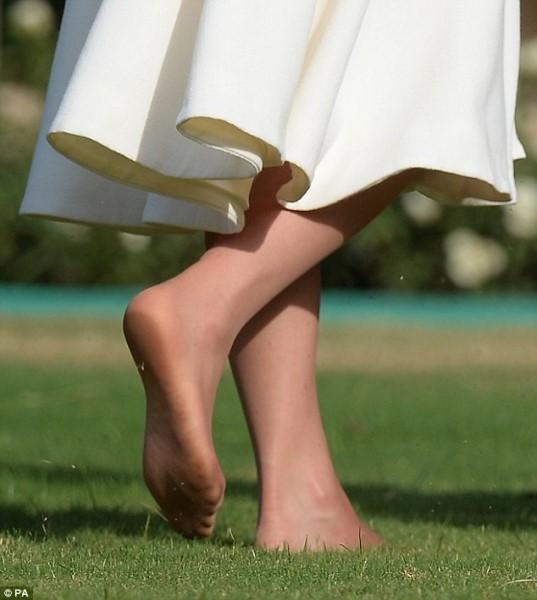 Κάτι ξέχασε η πριγκίπισσα -Η Μίντλετον ξυπόλητη, χωρίς πεντικιούρ [εικόνες]