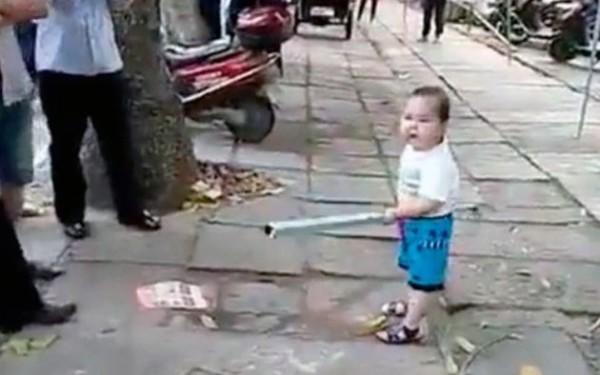 Μικρός νίντζα τα παίρνει στο κρανίο όταν πειράζουν τη γιαγιά του (video)