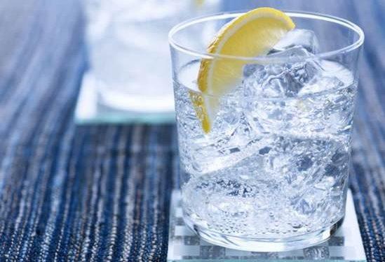 3 ροφήματα που βοηθούν περισσότερο από το νερό με λεμόνι στο αδυνάτισμα