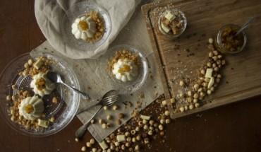Πανακότα με λευκή σοκολάτα και crumble φουντουκιού του Άκη Πετρετζίκη
