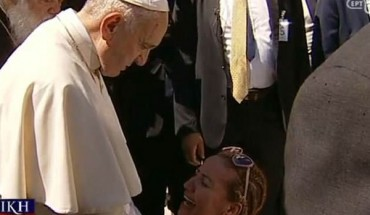Η γυναίκα που κατάφερε τον Πάπα να σπάσει το πρωτόκολλο