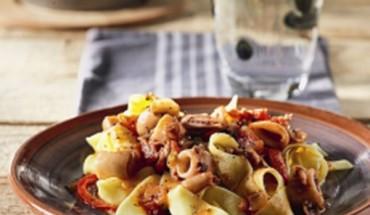 Ταλιατέλες με σάλτσα από καλαμαράκια