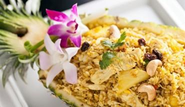 Τηγανητό ρύζι με κοτόπουλο, ανανά και κάσιους