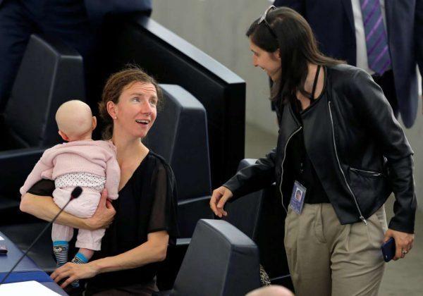Ενα μωρό μεγαλώνει στο Ευρωκοινοβούλιο 6