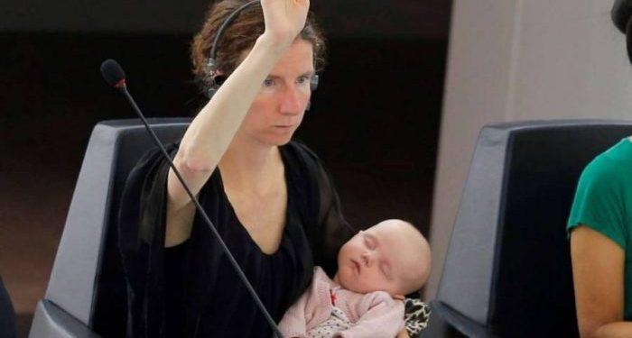 Ενα μωρό μεγαλώνει στο Ευρωκοινοβούλιο