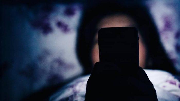 Κινητό δίπλα στο κρεβάτι: Πώς επηρεάζει τον νυχτερινό ύπνο 2