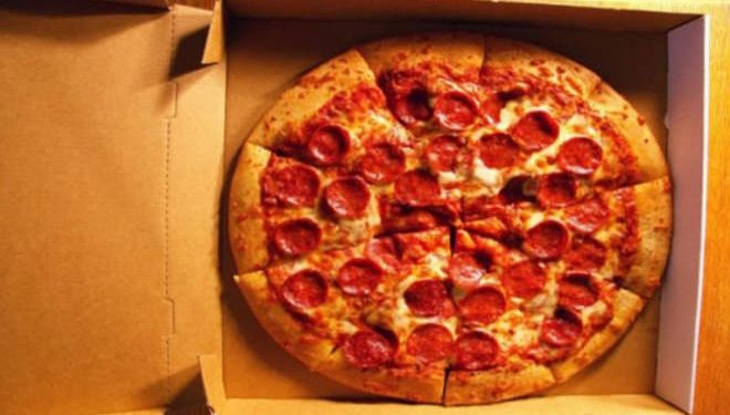 Ξεκίνησε να κόβει το κουτί της πίτσας