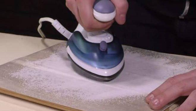 άνδρας σιδερώνει το αλάτι