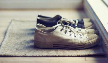 παπούτσια μέσα στο σπίτι