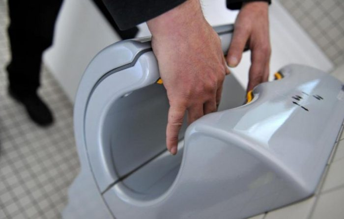 χαρτί υγείας στο κάθισμα μια δημόσιας τουαλέτας 3