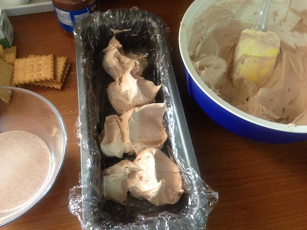 Παγωμένος κορμός (σεμιφρέντο) με κρέμα τυρί και πραλίνα φουντουκιού