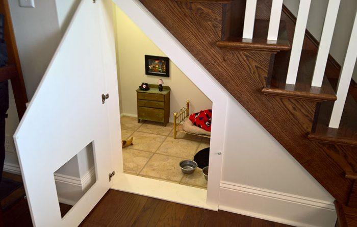 Έχτισε ένα δωμάτιo για το σκυλάκι της κάτω από τις σκάλες. 4