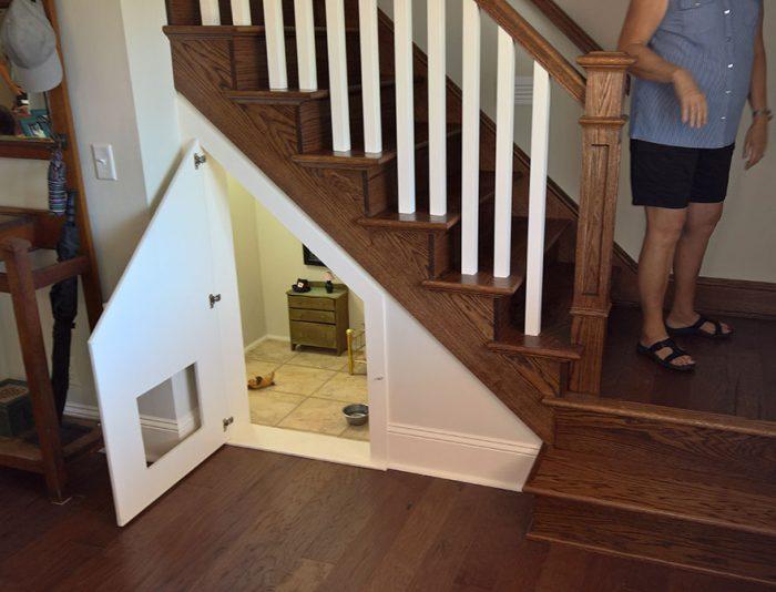 Έχτισε ένα δωμάτιo για το σκυλάκι της κάτω από τις σκάλες. 1
