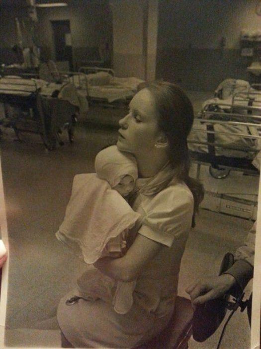 Το 1977 μία Νοσοκόμα κράτησε αυτό το Καμμένο Μωρό… 38 Χρόνια μετά, δεν περίμενε κάτι τέτοιο 4