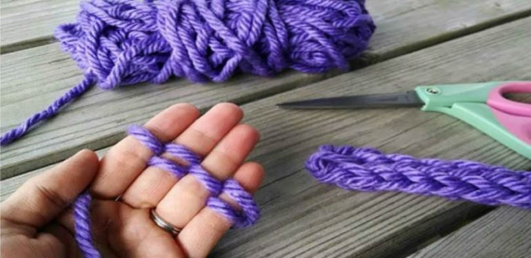 πλέκει με τα δάχτυλά