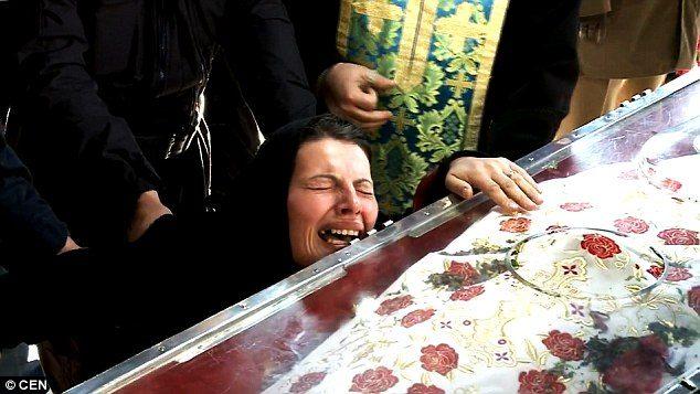 Δαιμονισμένη γυναίκα στην Ρουμανία εξορκίζεται δημόσια από τους δαίμονες της. 1