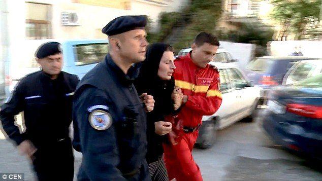 Δαιμονισμένη γυναίκα στην Ρουμανία εξορκίζεται δημόσια από τους δαίμονες της. 4