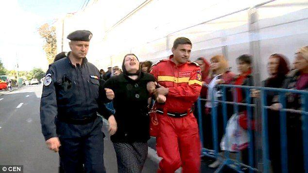 Δαιμονισμένη γυναίκα στην Ρουμανία εξορκίζεται δημόσια από τους δαίμονες της. 3