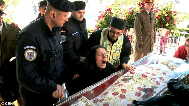 Δαιμονισμένη γυναίκα στην Ρουμανία εξορκίζεται δημόσια από τους δαίμονες της. 2