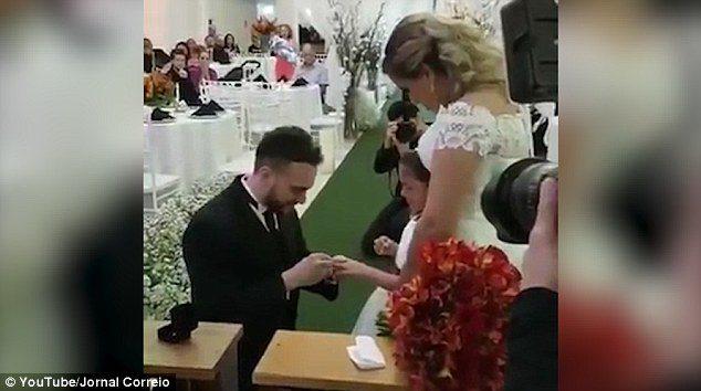 Γαμπρός προσφέρει δαχτυλίδι στη θετή κόρη του και της ζητάει να γίνει το παιδί του για πάντα.  2