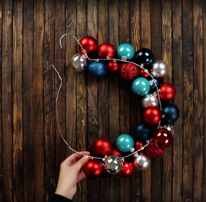 Παίρνει μερικές Χριστουγεννιάτικες Μπάλες και τις Κολλάει πάνω σε μια Κρεμάστρα. Το αποτέλεσμα; Ο,τι Καλύτερο για τις Γιορτές! 4