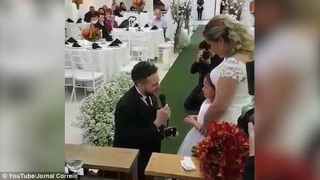 Γαμπρός προσφέρει δαχτυλίδι στη θετή κόρη του και της ζητάει να γίνει το παιδί του για πάντα. 1