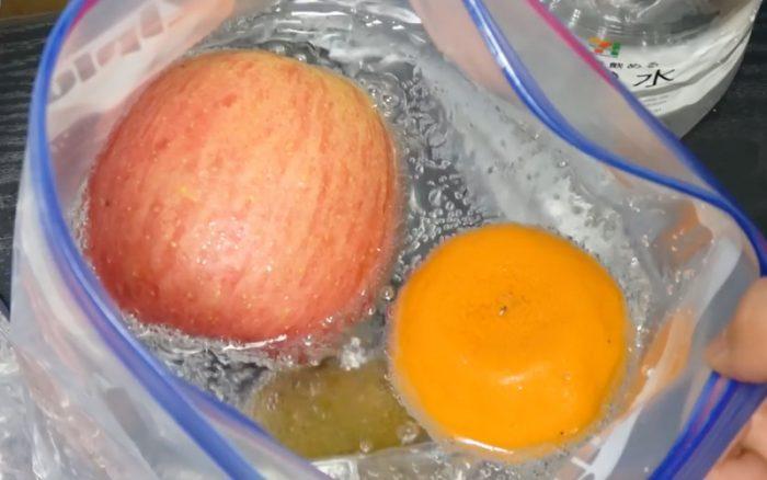 Παίρνει Φρούτα και τα βάζει σε μία σακούλα με Νερό. Μόλις μάθετε τον λόγο, θα το Κάνετε και Εσείς! 4