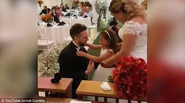 Γαμπρός προσφέρει δαχτυλίδι στη θετή κόρη του και της ζητάει να γίνει το παιδί του για πάντα.  3