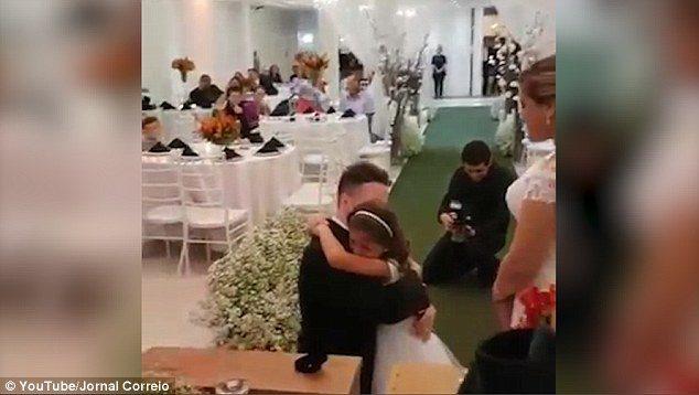 Γαμπρός προσφέρει δαχτυλίδι στη θετή κόρη του και της ζητάει να γίνει το παιδί του για πάντα.  5