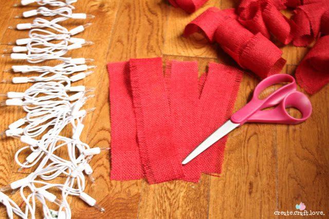 Πως να φτιάξουμε Χριστουγεννιάτικη Γιρλάντα με Φωτάκια και Λινάτσα!  4