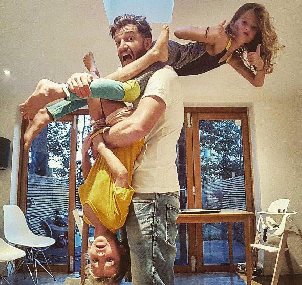 Μπαμπάς δείχνει πώς είναι η καθημερινότητα του με 4 κόρες 9