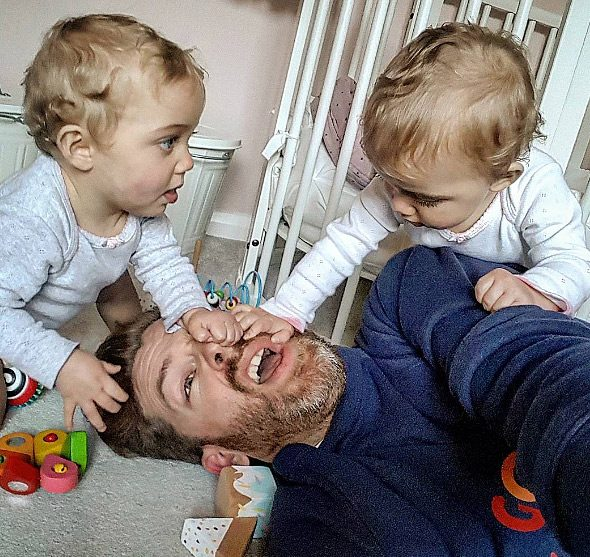 Μπαμπάς δείχνει πώς είναι η καθημερινότητα του με 4 κόρες 2