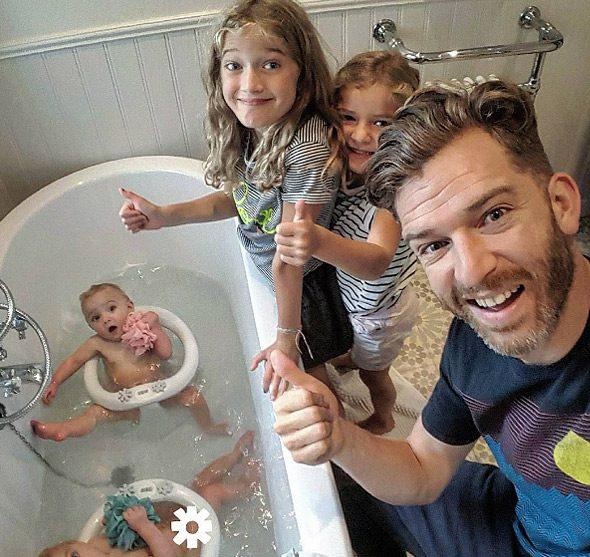 Μπαμπάς δείχνει πώς είναι η καθημερινότητα του με 4 κόρες 6